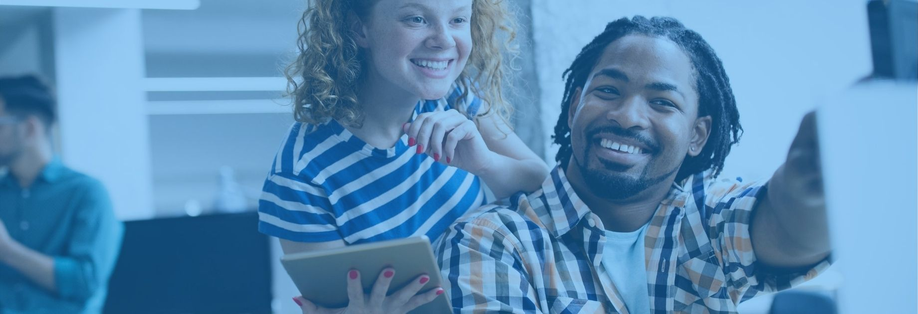 Empresas Modernas: Executivos Sorrindo em frente ao ipad